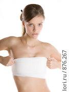 Девушка поправляет бинт на груди. Стоковое фото, фотограф Кувшинников Павел / Фотобанк Лори