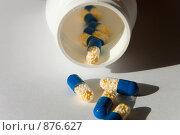Купить «Баночка и капсулы», фото № 876627, снято 19 мая 2009 г. (c) Андрей Ганночка / Фотобанк Лори