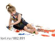 Купить «Маленькая девочка рисует красками», фото № 882891, снято 8 апреля 2009 г. (c) Вадим Пономаренко / Фотобанк Лори