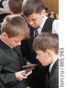 Купить «Три первоклассника рассматривают карточки-календари», фото № 885983, снято 22 мая 2009 г. (c) Федор Королевский / Фотобанк Лори
