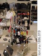 Купить «Витрина с брелоками в магазине по продаже сумок», фото № 886019, снято 19 мая 2009 г. (c) Игорь Головнёв / Фотобанк Лори
