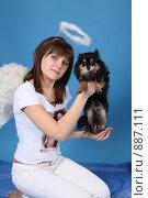 Купить «Девушка-ангел с собачкой на голубом фоне», фото № 887111, снято 3 мая 2009 г. (c) Евгений Батраков / Фотобанк Лори