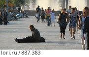 Человек сидит в центре площади (2008 год). Редакционное фото, фотограф Андрей Доможиров / Фотобанк Лори