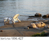 Шезлонг на берегу моря. Стоковое фото, фотограф Евгения Кускова / Фотобанк Лори