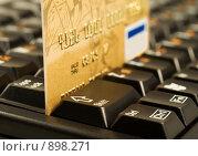 Купить «Золотая кредитная карта на клавиатуре компьютера. Интернет-покупки», фото № 898271, снято 12 ноября 2008 г. (c) Сергей Плахотин / Фотобанк Лори