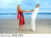 Влюбленная пара на фоне моря. Стоковое фото, фотограф Ольга Хорошунова / Фотобанк Лори
