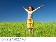Купить «Девушка, стоящая с раскинутыми руками на зеленом поле на фоне неба», фото № 902143, снято 31 мая 2009 г. (c) Дмитрий Яковлев / Фотобанк Лори