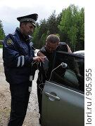 Купить «Сотрудник ДПС замеряет уровень тонировки автомобильного стекла», эксклюзивное фото № 905955, снято 22 мая 2009 г. (c) Free Wind / Фотобанк Лори