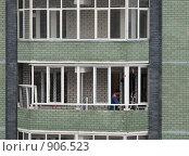 Купить «Рабочие ставят пластиковые рамы на лоджии», фото № 906523, снято 14 февраля 2009 г. (c) Ирина Андреева / Фотобанк Лори