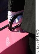 Мужчина с розовым чемоданом. Стоковое фото, фотограф Kate.M / Фотобанк Лори