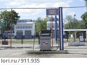 Бензоколонка и автосервис (2009 год). Редакционное фото, фотограф Kribli-Krabli / Фотобанк Лори
