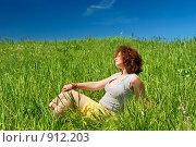 Купить «Девушка, сидящая на зеленом поле на фоне неба», фото № 912203, снято 31 мая 2009 г. (c) Дмитрий Яковлев / Фотобанк Лори
