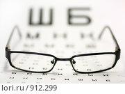 Купить «Очки на таблице для проверки зрения. Малая глубина резкости», фото № 912299, снято 5 июня 2009 г. (c) Дорощенко Элла / Фотобанк Лори