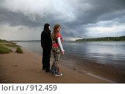 Купить «Двое у реки», фото № 912459, снято 6 июня 2009 г. (c) Юрий Викулин / Фотобанк Лори