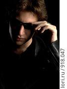 Купить «Молодой человек в тёмных очках», фото № 918047, снято 12 июня 2009 г. (c) Влад Нордвинг / Фотобанк Лори
