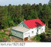 Купить «Частный дом в сосновом лесу», фото № 921027, снято 13 июня 2009 г. (c) Юлия Подгорная / Фотобанк Лори