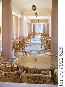 Купить «Колоннада летнего кафе», фото № 922623, снято 13 июня 2009 г. (c) Федор Королевский / Фотобанк Лори