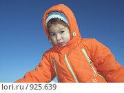 Купить «Девочка в оранжевом комбинезоне на фоне голубого неба», фото № 925639, снято 15 ноября 2008 г. (c) Анатолий Никитин / Фотобанк Лори