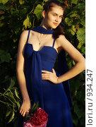 Купить «Девушка в синем платье с букетом пионов», фото № 934247, снято 12 июня 2009 г. (c) Анжелина Селинская / Фотобанк Лори