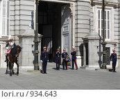 Королевский дворец в Мадриде, Испания. Смена караула (2008 год). Редакционное фото, фотограф Евгения Кускова / Фотобанк Лори
