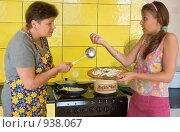 Купить «Две женщины на кухне», фото № 938067, снято 4 июля 2020 г. (c) Типляшина Евгения / Фотобанк Лори