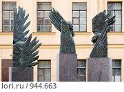 Купить «Три ангела. Скульптура на улица Правды. Санкт-Петербург», эксклюзивное фото № 944663, снято 21 июля 2018 г. (c) Александр Щепин / Фотобанк Лори