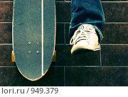 Купить «Нога и лонгборд», фото № 949379, снято 20 марта 2019 г. (c) Илюхин Илья / Фотобанк Лори