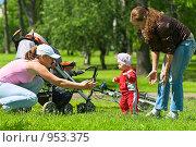 Купить «Мама и няня учат ребенка ходить», фото № 953375, снято 20 июня 2009 г. (c) Кекяляйнен Андрей / Фотобанк Лори