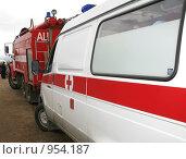 Купить «Скорая помощь и пожарная», фото № 954187, снято 28 июня 2009 г. (c) Юлия Селезнева / Фотобанк Лори