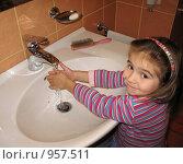 Купить «Девочка моет руки», фото № 957511, снято 20 ноября 2008 г. (c) Юлия Подгорная / Фотобанк Лори