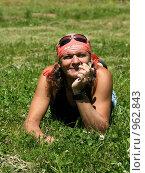 Жизнь прекрасна. Мужчина в красной бандане лежит на траве с ромашкой в руке. Стоковое фото, фотограф Сычёва Виктория / Фотобанк Лори