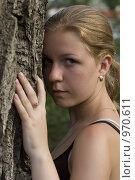 Девушка у дерева. Стоковое фото, фотограф Юдин Владимир / Фотобанк Лори