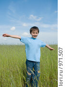 Купить «Мальчик в поле на фоне голубого неба», фото № 971507, снято 11 июня 2009 г. (c) Куликова Татьяна / Фотобанк Лори