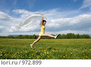 Купить «Девушка бежит по полю», фото № 972899, снято 14 июня 2009 г. (c) Ирина Игумнова / Фотобанк Лори