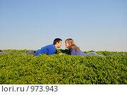 Купить «Парень и девушка лежат в траве и смотрят друг на друга», фото № 973943, снято 12 апреля 2009 г. (c) Арестов Андрей Павлович / Фотобанк Лори
