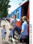 Купить «Пассажиры поезда. Детская железная дорога», эксклюзивное фото № 976687, снято 14 июня 2008 г. (c) Juliya Shumskaya / Blue Bear Studio / Фотобанк Лори