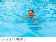 Купить «Мальчик, плавающий в бассейне», фото № 978415, снято 26 июня 2009 г. (c) Куликова Татьяна / Фотобанк Лори