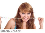 Купить «Портрет девушки с бусами в зубах», фото № 978579, снято 31 июля 2008 г. (c) Сергей Сухоруков / Фотобанк Лори
