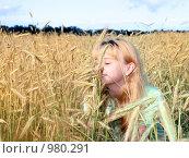 Девушка на поле, в солнечный день. Стоковое фото, фотограф Анфимов Леонид / Фотобанк Лори