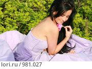 Красивая девушка с розой в руке. Стоковое фото, фотограф Сухоносова Анастасия / Фотобанк Лори