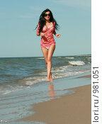 Девушка бежит по пляжу. Стоковое фото, фотограф Сухоносова Анастасия / Фотобанк Лори