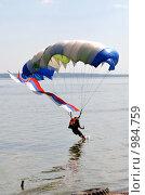 Купить «Приводнение парашютиста с флагом», фото № 984759, снято 12 июля 2009 г. (c) Андрияшкин Александр / Фотобанк Лори