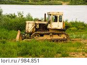 Купить «Старый бульдозер на берегу реки Оки», фото № 984851, снято 19 июня 2009 г. (c) Олег Тыщенко / Фотобанк Лори