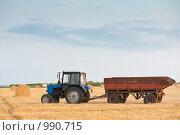Купить «Трактор в поле», фото № 990715, снято 17 июля 2009 г. (c) Сергей Старуш / Фотобанк Лори