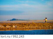 Купить «Влюблённая  пара кружится  около озера Баскунчак», эксклюзивное фото № 992243, снято 29 апреля 2009 г. (c) Ирина Мойсеева / Фотобанк Лори