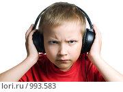 Купить «Нахмурившийся мальчик в наушниках», фото № 993583, снято 28 июня 2009 г. (c) Юлия Сайганова / Фотобанк Лори