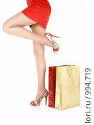 Купить «Женские ноги и пакеты», фото № 994719, снято 10 июля 2009 г. (c) Raev Denis / Фотобанк Лори