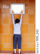 Купить «Девушка, тянущаяся к картине», фото № 995243, снято 23 января 2019 г. (c) Эдуард Жлобо / Фотобанк Лори
