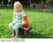 Купить «Девочка сидит рядом с кувшином», фото № 998039, снято 26 июля 2009 г. (c) Эдуард Жлобо / Фотобанк Лори