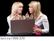 Купить «Две девушки за компьютером поправляют макияж», фото № 999379, снято 3 сентября 2008 г. (c) Сергей Сухоруков / Фотобанк Лори